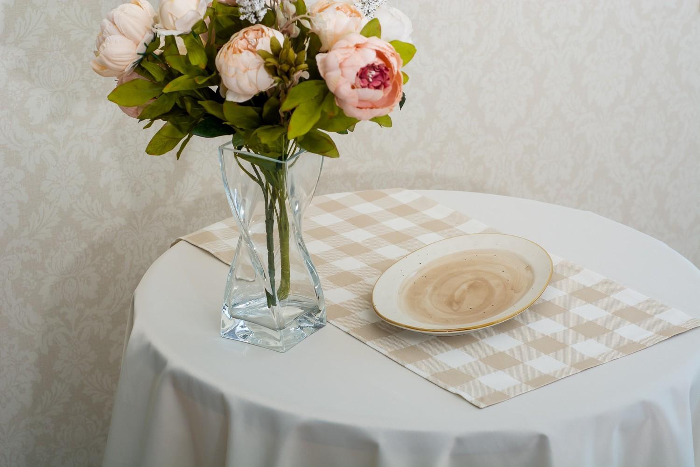 Скатерть — ткань журавинка гладь, цвет  шампань Дорожка — ткань ЛД 015236v8