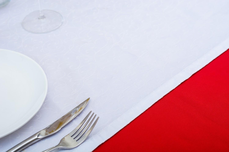 Скатерть — ткань тефлон, цвет красный Дорожка — ткань мати 1812, цвет белый