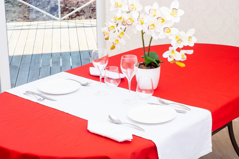 Скатертина – тканина тефлон, колір червоний Доріжка – тканина мати 1812, колір білий