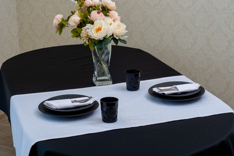 Скатерть — ткань тефлон, цвет черный Дорожка — ткань мати 1812, цвет белый