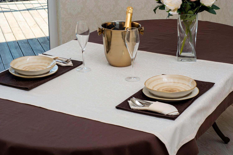Скатерть — ткань тефлон, цвет коричневый Дорожка — ткань мати 1812, цвет белый
